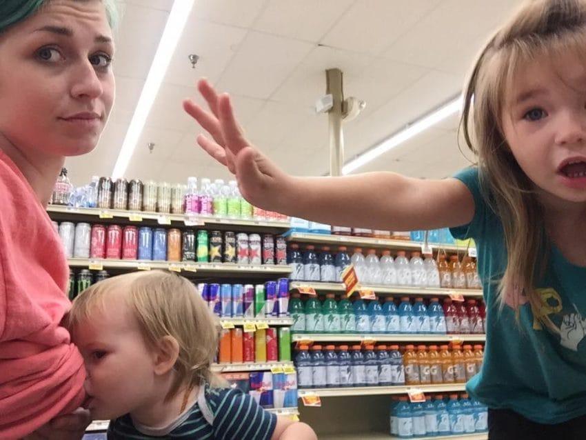 Тетка в магазине приказала ее 4-летней дочери ″заткнуться″. Вот что она ей ответила!