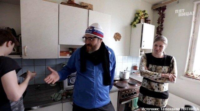 Переоделся в бездомного. Миллионер подарил квартиру одинокой матери четверых детей.